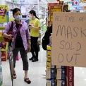 """<p> Thông báo hết khẩu trang tại một cửa hàng dược phẩm ở Kuala Lumpur, Malaysia vào ngày 29/1. Trong bối cảnh dịch viêm phổi do virus corona chủng mới gây ra ngày càng lan rộng, nhu cầu tiêu thụ khẩu trang tăng mạnh và """"cháy"""" hàng ở nhiều quốc gia trên thế giới. Tại Việt Nam, cơ quan chức năng ghi nhận có hiện tăng găm hàng và tăng giá bất thường mặt hàng này. Ảnh: <em>Reuters</em>.</p>"""