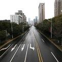 """<p> Một tuyến đường không bóng người ở Vũ Hán, Trung Quốc, nơi bùng phát và hiện là tâm dịch viêm phổi. Chính quyền thành phố đã phong tỏa Vũ Hán để ngăn dịch virus corona tiếp tục lan rộng, biến nơi này trở thành thành phố """"ma"""". Có 16 thành phố ở Hồ Bắc bị áp đặt lệnh hạn chế đi lại nhưng tại 700 thành phố và 20.000 thị trấn ở Trung Quốc, đường phố đều trở nên vắng vẻ. Ảnh: <em>China Daily.</em></p>"""