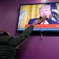 """<p> Một người Palestine ở quán cà phê tại Hebron, West Bank, đưa chiếc giày lên màn hình TV đang chiếu bài phát biểu của Tổng thống Mỹ Donald Trump về kế hoạch hòa ở Trung Đông vào ngày 28/1. Kế hoạch này, được ông Trump gọi là """"Thỏa thuận thế kỷ"""", đưa ra chi tiết về cách thức mà chính quyền Washington sẽ giải quyết những thách thức chính trị kéo dài hàng thập niên giữa người Israel và Palestine. Tuy nhiên, kế hoạch hòa bình Trung Đông đang vấp phải nhiều phản đối từ dư luận quốc tế. Ảnh: <em>Reuters</em>.</p>"""