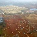 <p> Tại ngoại ô thành phố Vũ Hán vào ngày 24/1, hàng chục máy móc được huy động để xây dựng bệnh viện dã chiến nhằm đối phó với dịch bệnh viêm phổi. Ảnh: <em>Reuters</em>.</p>