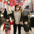 <p> Theo bà Kiều Anh, đại diện của hàng Phú Quý trên phố Trần Nhân Tông, không khí mua sắm trước ngày Thần tài năm nay không sôi động như mọi năm. Một lượng lớn khách hàng lựa chọn tư vấn trực tuyến thay vì đến cửa hàng do tâm lý e ngại trước dịch viêm phổi cấp.</p>