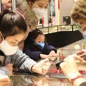 <p> Trong các gian hàng, cả nhân viên lẫn khách đều tự bảo vệ mình bằng khẩu trang y tế.</p>