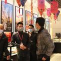 <p> Tại cửa hàng Phú Quý trên đường Trần Nhân Tông, toàn bộ nhân viên được yêu cầu đeo khẩu trang.</p>