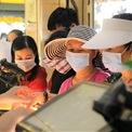 <p> Nhiều người dân đi mua hàng bịt khẩu trang, đội mũ kín bưng, đề phòng dịch corona.</p>