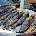 <p> Ngoài phố cá lóc Tân Kỳ Tân Quý, tại các chợ dân sinh, nhiều người dân cũng tự nướng cá để bán ngay lề đường.</p>