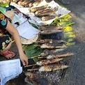 <p> Cá nhỏ được nướng trên các bếp than củi bé, giá dao động khoảng 100.000 - 120.000 đồng/con tùy loại.</p>