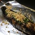 <p> Cá lóc nướng sẽ được trải thêm một lớp mỡ hành, đậu phộng giã nhỏ để thêm hương vị, cuốn trong lớp giấy bạc.</p>
