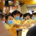 <p> Nhân viên trong cửa hàng cũng đồng thời đeo khẩu trang kín mít khi giao dịch với khách hàng.</p>