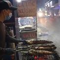 <p> Ngoài những cửa hàng kinh doanh cá lóc nướng được mở từ lâu đời, nhiều quầy nướng cá tự phát cũng được mọc lên bên đường.</p>