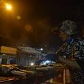 <p> Các cửa hàng hầu hết nướng cá xuyên đêm, để cá chín cần ít nhất khoảng 40 phút.</p>
