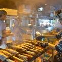 <p> Ngay từ tờ mờ sáng, nhiều người đã tranh thủ tạt qua các hàng cá lóc nướng để mua về cúng Thần Tài.</p>