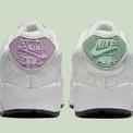 """<p class=""""Normal""""> Miếng lót giày đã khéo léo lồng ghép thông điệp ngọt ngào """"U* complete me"""" (tạm dịch: Bạn đã hoàn thiện tôi).</p> <p class=""""Normal""""> Đặc biệt 2 chiếc giày tạo nên một đôi giày sẽ có màu khác nhau:<span>bên trái sở hữu màu tím nhạt, bên phải là xanh lá.</span></p>"""