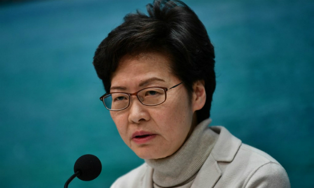 Trưởng đặc khu Lam công bố quyết định đóng cửa khẩu chiều 3/2. Ảnh: AFP.