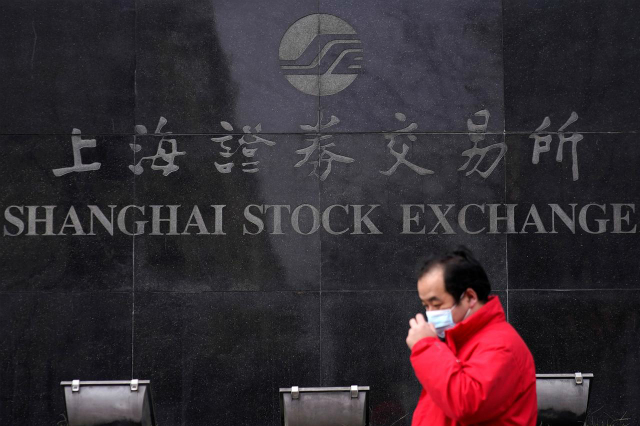 Chốt phiên 3/2, Shanghai Composite giảm 7,72%. Ảnh: Reuters.