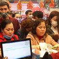<p> Tại quầy thu ngân, hàng chục người xếp hàng chờ thanh toán. Theo bà Nguyễn Thị Luyến, Phó Giám đốc kinh doanh Bảo Tín Minh Châu, tuy lượng khách đến cửa hàng trong ngày Thần tài năm nay vẫn đông song đã giảm hẳn so với mọi năm, có thể do tâm lý e ngại dịch cúm.</p>