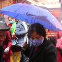 <p> Người già cũng chen chúc, đội mưa chờ mua.</p>