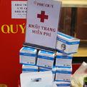 <p> Diễn ra trong đợt cúm, các cửa hàng đều có chính sách tặng khẩu trang, rửa tay cho khách hàng khi mua sắm.</p>