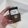 <p> <strong>2. Louis Vuitton</strong></p> <p> Thiết kế hộp đựng như một chiếc rương (trunk) thu nhỏ bao phủ chất liệu da với họa tiết monogram đặc trưng của LV.</p> <p> Đặc biệt phần dây đeo mắt xích tông vàng có thể đeo ở cổ hay trên vai như một phụ kiện thời trang.</p> <p> Hộp đựng AirPods đến từ Louis Vuitton có giá bán niêm yết 995 USD.</p>