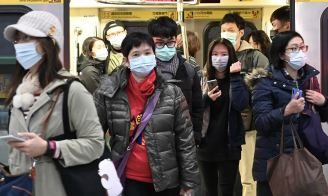 Người dân Đài Loan đeo khẩu trang ngăn ngừa dịch bệnh khi rời tàu ở Đài Bắc hoom30/1. Ảnh: AFP.