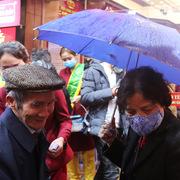 Đội mưa, đeo khẩu trang, xếp hàng chờ mua vàng ngày vía Thần tài