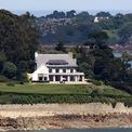 <p> Cũng phải kể đến dinh thự nhìn ra bờ biển Brittany của Pháp. Theo tờ New York Times, đây là một trong những căn nhà thời thơ ấu của bà. Ảnh:<em> AFP.</em></p>