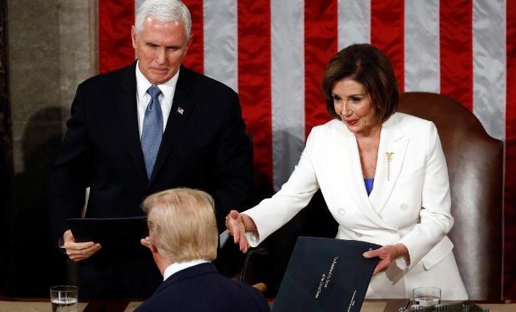 Trump 'ngó lơ' cái bắt tay của chủ tịch Hạ viện
