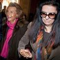 """<p> Tháng 12/2007, bà Bettencourt Meyers gửi đơn tố cáo hình sự. Khi đó, mẹ bà, được chẩn đoán mắc chứng mất trí nhớ, đã bác bỏ cáo buộc của con gái mình và cho biết bà có quyền tự do chia sẻ tài sản của mình với Banier. Vụ việc được đưa ra tòa vào năm 2015. Ông Bainer bị kết tội """"lợi dụng điểm yếu"""" của người khác và bị kết án 2,5 năm tù giam, đồng thời bồi thường 158 triệu euro cho bà Bettencourt. Tuy nhiên, bản án tù và phạt tiền này sau đó đã được đảo ngược bằng một kháng cáo. Ảnh:<em> Getty Images.</em></p>"""