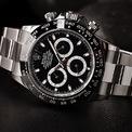 """<p> <strong>1. Rolex 116500 Daytona</strong></p> <p> Không một dòng sản phẩm nào của Rolex có được sự khao khát và săn lùng từ giới sưu tập, người hâm mộ thương hiệu đồng hồ xa xỉ đến từ Thụy Sĩ như Daytona. Các phiên bản xưa của Daytona xuất hiện thường xuyên tại các phiên đấu giá đồng hồ, trong khi các phiên bản hiện đại của Daytona trở thành một trong những chiếc đồng hồ đáng thèm khát nhất trên thế giới.</p> <p> Đường viền gốm đen củaRolex 116500 Daytona gợi nhớ đến viền đen sơn dầu acrylic trong phiên bản vintage, cùng các chất liệu và kĩ thuật chế tác mới để tiếp tục lưu truyền """"mật mã vẻ đẹp Rolex"""" trong kỉ nguyên hiện đại.</p> <p> Kể từ khi ra mắt lần đầu tiên vào năm 2016,Rolex 116500 Daytona đã là đại diện không thể thiếu trong danh sách các đồng hồ xa xỉ nhất thế giới. Mặc dù mẫu Daytona này có giá bán 12.400 USD, một mức giá thấp hơn nhiều so với nhiều chiếc đồng hồ xa xỉ khác. Bởi vì chất lượng vượt trội so với mức giá, nguồn cung hạn chế trong khi lượng người săn lùng không ngừng tăng đã khiến giá của Daytona116500 ở thế """"có tiền cũng không mua được"""".</p>"""