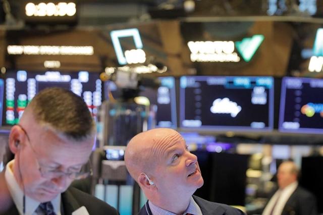 Nhân viên môi giới tại sàn NYSE ngày 3/2. Ảnh: Reuters.