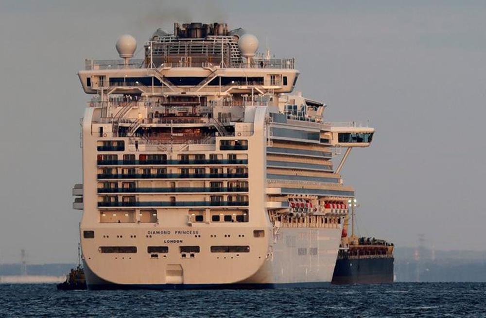 Bên trong con tàu có 10 ca dương tính coronavirus bị cách ly ở Nhật