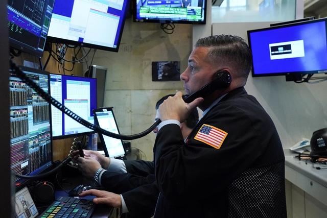 Nhân viên môi giới tại sàn NYSE ngày 4/2. Ảnh: Reuters.