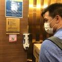 <p> Trong thang máy các tòa nhà của của Vinhomes Golden River (quận 1), nước rửa tay khô được chuẩn bị sẵn để khách dùng trước khi bấm thang.</p>