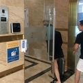 <p> Cửa ra vào tòa nhà cũng được trang bị sẵn nước rửa tay khô. Ban quản lý tòa nhà khuyến cáo các chủ sở hữu căn hộ không cho khách Trung Quốc thuê.</p>