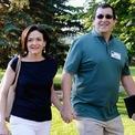 <p> Năm 2004, Sandberg kết hôn với người bạn thân lâu năm Dave Goldberg. Họ có một con trai vào năm 2005 và 2 năm sau có thêm một con gái. Năm 2015, Goldberg qua đời do chứng rối loạn nhịp tim trong một chuyến đi nghỉ. Ảnh:<em>Getty Images.</em></p>