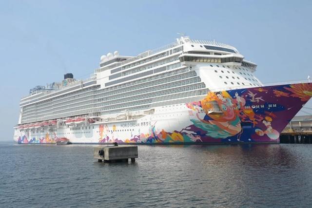 Du thuyền World Dream bị cách ly ở Hong Kong. Ảnh: SCMP.