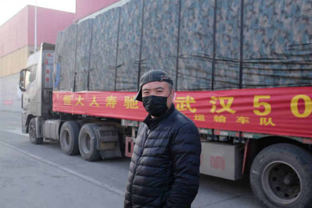 Một tài xế chuẩn bị chuyển rau từ Thọ Quang, Sơn Đông, đến Vũ Hán, Hồ Bắc. Ảnh: New York Times.