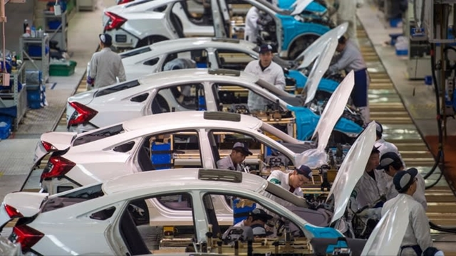 Workers assemble cars at the Dongfeng Honda Automobile plant in Wuhan, Hubei Province in 2017. The province is home to many automakers and produced 2.42 million vehicles in 2018.    © AP