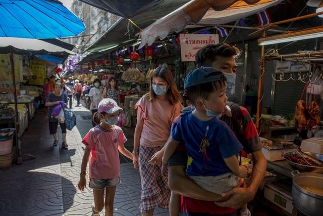 Du khách tham quan Chinatown ở Bangkok, Thái Lan. Ảnh: AP.