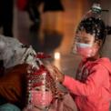 <p> Hai đứa trẻ đội chai nhựa lên đầu, thay vì sử dụng khẩu trang, để tránh virus corona trong khi đang chờ bay ở sân bay Bắc Kinh vào ngày 30/1. Ủy ban Y tế tỉnh Hồ Bắc sáng 9/2 xác nhận thêm 81 ca tử vong tại địa phương, nâng số người chết vì dịch viêm phổi do chủng virus corona mới (nCoV) tại tỉnh lên 780. Uỷ ban Y tế Quốc gia Trung Quốc (NHC) sau đó cũng thông báo số ca tử vong mới trên toàn Trung Quốc đại lục là 89, nâng tổng số người chết lên 811. Ảnh: <em>Getty Images.</em></p>