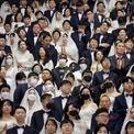 <p> Để phòng tránh virus corona, nhiều cặp vợ chồng đeo khẩu trang khi tham gia lễ cưới lớn tại một nhà thờ ở Trung tâm Thế giới Hòa bình Cheongshim, tỉnh Gapyeong, Hàn Quốc vào ngày 7/2. Hàn Quốc đã phát hiện 24 trường hợp dương tính với virus corona và hơn 2.000 người nghi bị nhiễm. Ảnh: <em>Reuters</em>.</p>