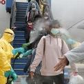 <p> Nhân viên y tế xịt thuốc sát trùng lên những các hành khách Indonesia sau khi đáp chuyến bay từ Vũ Hán, Trung Quốc vào ngày 2/2. Những người này sau đó sẽ được đưa tới khu vực cách ly ở sân bay Hang Nadim ở Batam, quần đảo Riau, Indonesia. Hiện Indonesia chưa phát hiện trường hợp nào bị nhiễm virus corona. Ảnh: <em>Reuters</em>.</p>