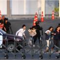 <p> Lực lượng an ninh sơ tác những người bị mắc kẹt trong trung tâm thương mại Terminal 21 sau vụ xả súng điên cuồng của binh sĩ Thái Lan vào ngày 8/2. Nghi phạm xả súng được cho là Thượng sĩ Jakrapanth Thomma, 32 tuổi, nhân viên quân khí đóng tại căn cứ Suratham Phithak thuộc tỉnh Nakhon Ratchasima. Vụ xả súng khiến ít nhất 20 người thiệt mạng và nhiều người khác bị thương. Ảnh: <em>Reuters</em>.</p>