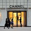 <p> <strong>6. Chanel: #79</strong></p> <p> Thương hiệu thời trang của Pháp xếp hạng thứ 79 với trị giá 9 tỷ USD.</p> <p> Trước sự phát triển và bành trướng của đế chế xa xỉ LVMH, Chanel vẫn quyết tâm theo đuổi định hướng phát triển là công ty thời trang độc lập. (Ảnh: <em>David Mareui/Anadolu Agency/Getty Images</em>)</p> <p> </p>