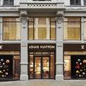 <p> <strong>1. Louis Vuitton: #12</strong></p> <p> Giữ thứ hạng cao nhất trong 6 đại diện của ngành hàng xa xỉ phẩm là Louis Vuitton ở vị trí thứ 12 với trị giá thương hiệu 39,3 tỷ USD.</p> <p> Gần đây nhất, Louis Vuitton đã mua viên kim cương thô lớn thứ 2 trên thế giới có giá khoảng 50 triệu USD làm xôn xao thị trường trang sức và đá quý. (Ảnh: <em>Louis Vuitton</em>)</p> <p> </p>