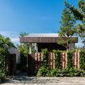 <p> Thoạt nhìn từ bên ngoài, ngôi nhà cấp 4 được xây dựng khá đơn giản với chiếc cổng nhỏ bằng gỗ, tường rào được đúc kết từ gạch nung, xen kẽ là những chậu cây bụi xinh xinh.</p>