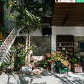 <p> Toàn bộ khu vực tầng trệt được kết nối với 2 phòng ngủ lửng bên trên bởi một chiếc cầu thang cũng bằng gỗ. Các vật dụng trong nhà đều được bài trí khá cổ xưa, không kém phần thanh thoát và tinh tế.</p>