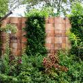 <p> Hàng rào được dựng từ đất nung với đám cây bụi dại nhìn khá hoang sơ, dân dã và giữ được sự tự nhiên vốn có.</p>