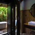 <p> Hòa trộn giữa phong cách truyền thống và hiện đại, phòng tắm trong căn hộ được thiết kế ngoài trời, xung quanh là cây xanh dịu mắt.</p>