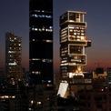 <p> Ambani và gia đình sống trong một tòa nhà cao 27 tầng ở Mumbai với chi phí xây dựng khoảng 1 tỷ USD. (Ảnh: <em>Reuters</em>)</p>