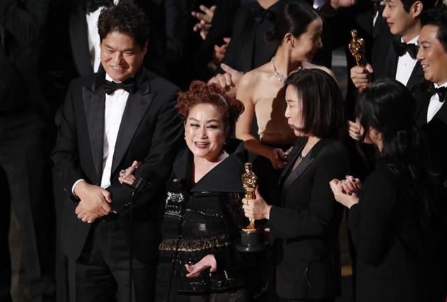 Bà Miky Lee (giữa) phát biểu tại lễ trao giải Oscar tối 9/2. Ảnh: First Post.